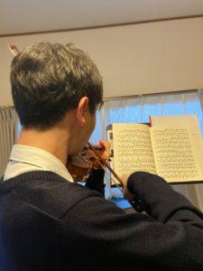 ヴァイオリンを演奏する生徒